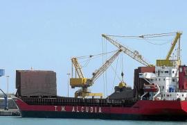 Territori confirma que la carga y descarga de carbón en Alcúdia carece de permiso