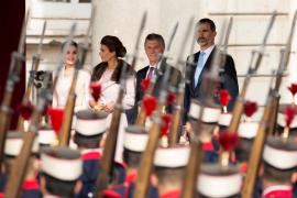Los Reyes reciben a Macri y su esposa con una solemne ceremonia en el Palacio Real