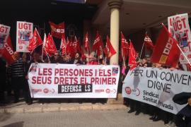 Unos 200 sindicalistas se manifiestan ante la CAEB para exigir empleo de calidad y aumentos salariales