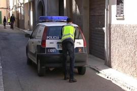 Detenida una clienta borracha por estampar un farolillo metálico al dueño de un bar de Porto Cristo