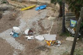 Urgen al Ajuntament de Calvià a retirar los restos de un barco varado en Cas Català