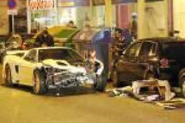 El conductor de un deportivo pierde el control y se estrella contra tres coches aparcados