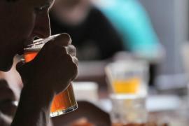 Mueren dos hombres en una competición por ver quién era capaz de beber más
