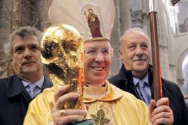 Del Bosque y Villar «peregrinan» a Santiago para ofrecer la Copa al Apóstol