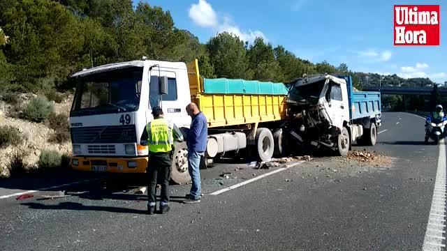 Cuatro heridos al chocar dos camiones en la autopista de Andratx