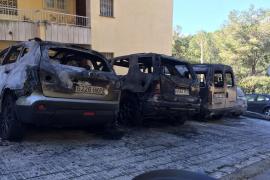Investigan el incendio de cuatro coches en Sant Agustí