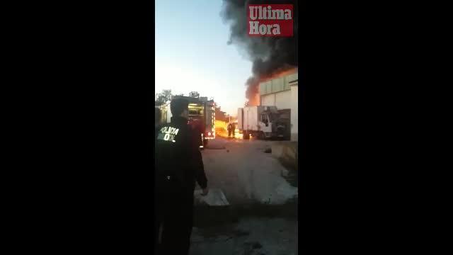 Arden dos camiones abandonados junto a una fábrica en Llucmajor