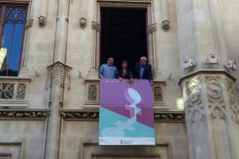 El Consell despliega su pancarta conmemorativa del Dia de la Dona