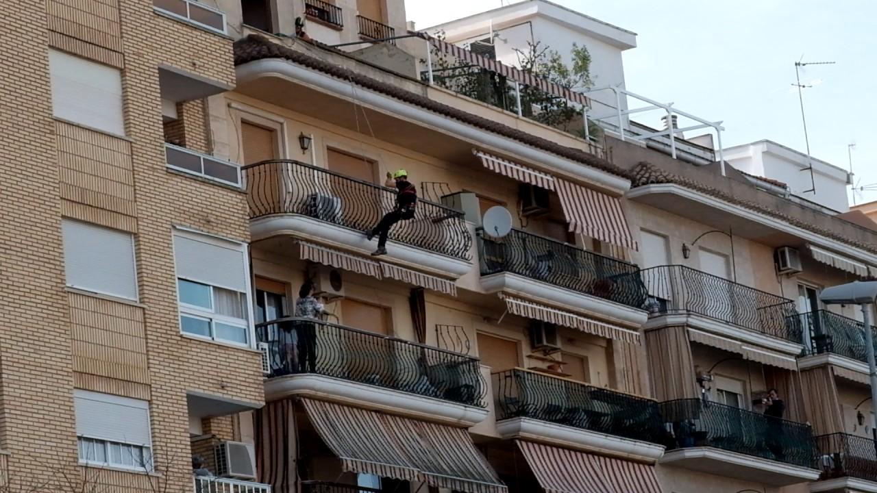 Dos bomberos reducen a una mujer que amenazaba con lanzarse desde el balcón con sus hijos pequeños en Valencia