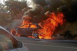 Un coche se incendia en la rotonda de acceso al centro comercial Festival Park