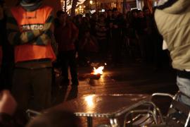 Jóvenes independentistas defienden la quema de la bandera española de la semana pasada