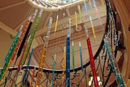 Las «vidrieras modernistas y la paleta de Miró» inspiran 'Vitrales líquidos'