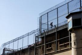 Un preso se encarama al tejado de la cárcel Modelo para protestar por su situación