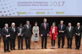 Felipe VI reconoce a Gabriel Escarrer haber «vislumbrado el potencial» turístico de España