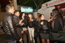 Corrillos de fumadores frente a discotecas, bares del Marítim y otras zonas de marcha