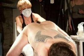 El artista Abel Azcona remueve las redes tras tatuarse el lema de Trump en el ano