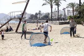 Actividades deportivas y lúdicas en la playa de Figueretes