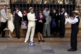 Los actores de 'Ballant, ballant...' salen a la calle para promocionar el musical
