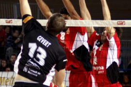 El Palma Volley suda para mantener intacta su fortaleza