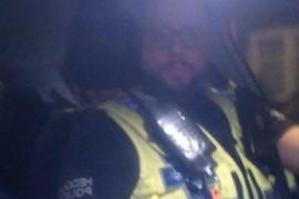 Un policía se vuelve viral tras sorprender a un grupo de jóvenes con un 'selfie'