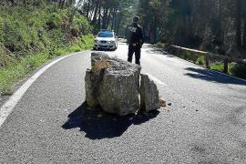 Tres motoristas salvan la vida 'in extremis' tras esquivar la caída de rocas en Andratx