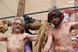 Tradicional 'Via Crucis', de Llorenç Moyà, frente a la Catedral de Mallorca