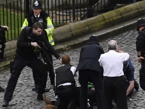 Fallecen una mujer y un policía en Londres tras un ataque terrorista frente al Parlamento británico