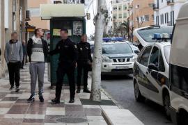 Un detenido trató de saltar del coche policial que le trasladaba