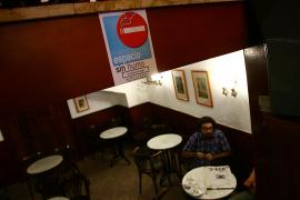 Los bares y restaurantes de Balears presentarán un proyecto para crear clubs de fumadores