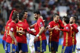 España agarra el liderato con fuerza y goles
