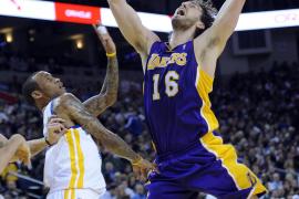 Bryant anotó 39 puntos que salvaron a los Lakers; Gasol aportó un doble-doble