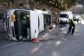 Alarma en la carretera Valldemossa-Deià al volcar un camión que transportaba gasoil
