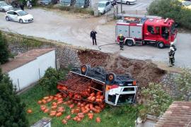 Un camión cargado de bombonas de butano vuelca en Sóller