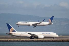 Polémica en las redes tras prohibir la aerolínea United vestir con «leggings» a tres chicas