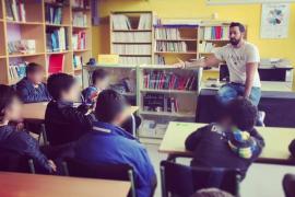 Valtonyc charla con alumnos sobre libertad de expresión y su condena