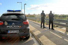 Lanzan piedras desde un puente de la autopista de Llucmajor y dañan un vehículo