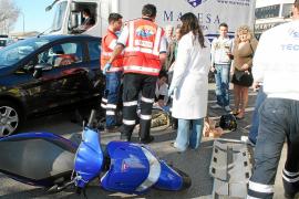 Hospitalizada una motorista tras empotrarse contra un coche en la calle Aragón de Palma