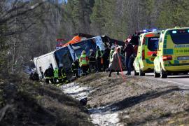 Tres muertos y seis heridos graves al volcar un autobús escolar en Suecia