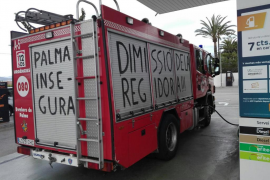 Los bomberos 'incendian' las calles de Palma con mensajes reivindicativos en sus camiones