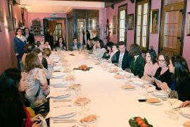 Company afirma ser «más español que nadie» en una comida con periodistas en Madrid
