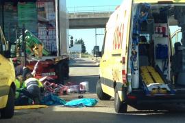Un camionero, herido al caerle parte de la carga que manipulaba en un supermercado de Inca