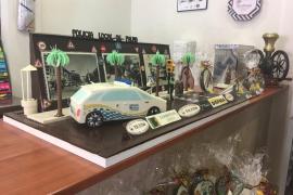 Cort presenta la mona de Pascua dedicada este año a la Policía Local