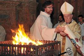 La misa de la Vigilia Pascual en la Seu anuncia la Resurrección