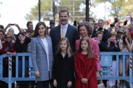 Los Reyes, sus hijas y doña Sofía asisten a la misa de Pascua en la Seu