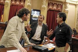 Biel Barceló, entre Alberto Jarabo y Nel Martí, antes de que Podemos pidiera su dimisión.