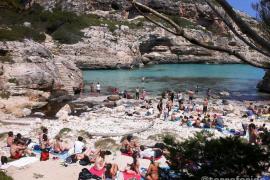 Jóvenes con drones, reggaetón y basura inundan las calas vírgenes de Mallorca