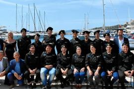 Foto de familia de los chefs junto a los organizadores y los representantes políticos de la isla.