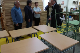Un total de 14 institutos de Baleares reparan 910 muebles escolares