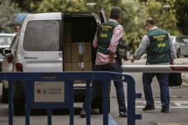 Perros de la Guardia Civil buscan billetes ocultos en la casa de Ignacio González