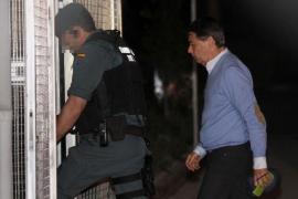 González pasó la noche en los calabozos tras el registro de su despacho